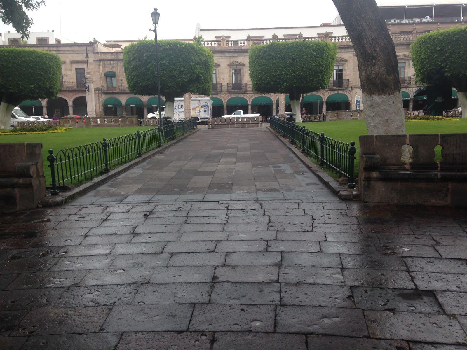 """Jóvenes """"patinetos"""" inconformes por el posible desalojo de la plaza de armas"""