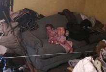 Padres reportan bebé desaparecida; es hallada en su propia casa entre basura y ropa