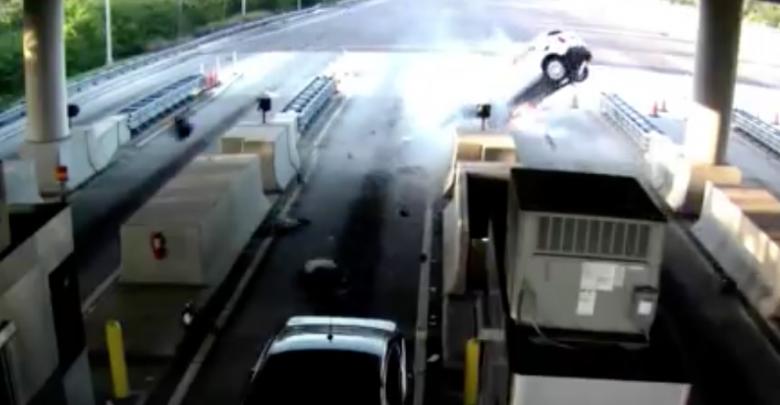 VIDEO (+18): Choca en caseta de cobro y conductor sale volando