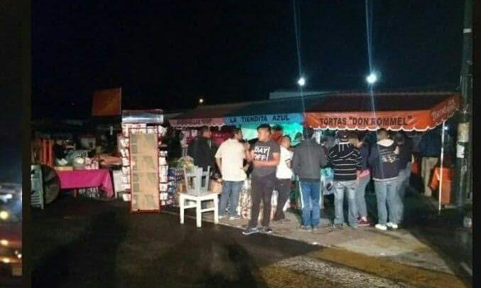 Desalojan a comerciantes instalados a las afueras del IMSS de Charo