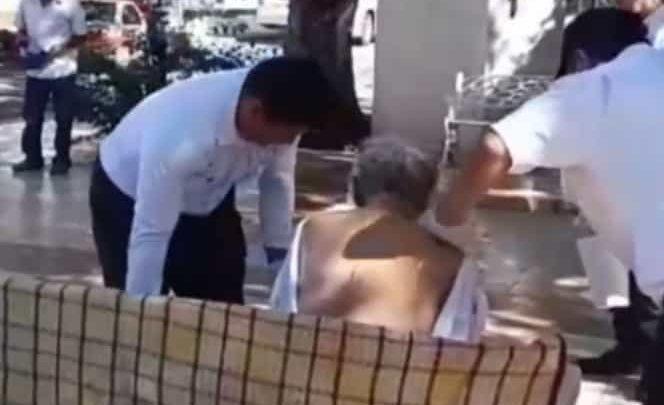 Video: Policías campechanos bañan a indigente en pleno parque