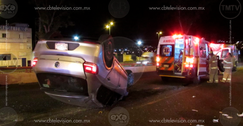 Colisión de dos autos sobre el Periférico de Morelia deja 4 heridos, uno de gravedad