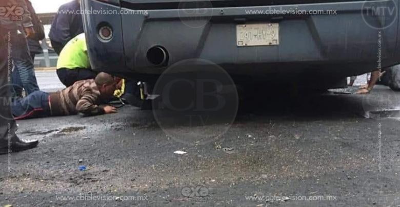 Chofer quedó prensado debajo de su autobús