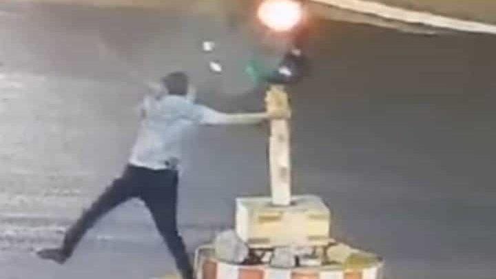 Video: Hombre derriba un semáforo por haberlo hecho esperar demasiado