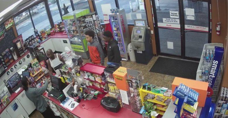 Video: Jóvenes roban una tienda después de que el vendedor sufriera un ataque cardíaco