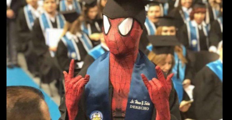 Video. Graduado de Derecho cumple sueño y se disfraza de Spiderman en Ciudad Juárez