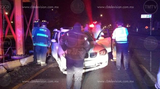 Auto impacta contra la base de un puente peatonal en el Libramiento de Morelia