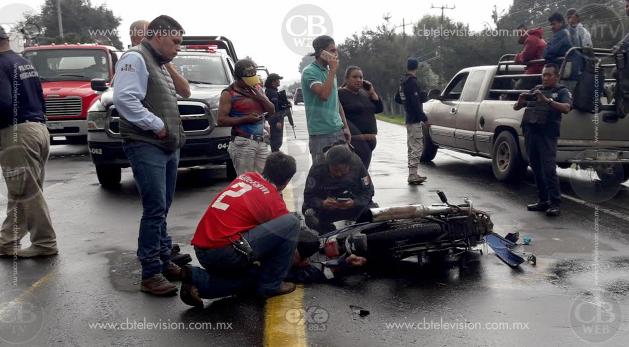Motociclista herido al chocar contra micro en la salida a Paracho