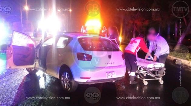 MORELIA: Tras choque contra árbol, conductor abandona a su acompañante lesionada