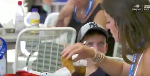 VIDEO: Mujer remoja sus dedos de pollo en refresco y las redes no pueden creerlo