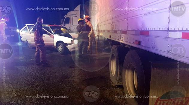 Taxi choca contra tráiler en la Zamora – Tangancícuaro