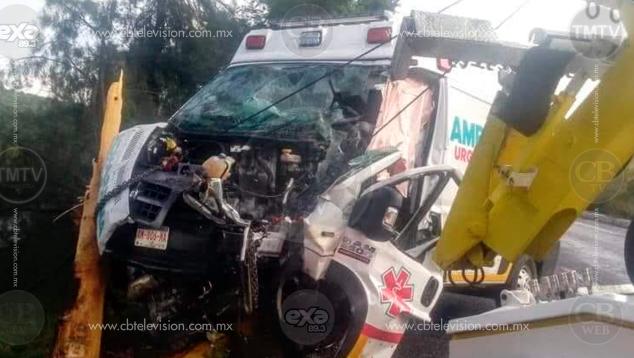Choca ambulancia contra árbol; hay 3 heridos