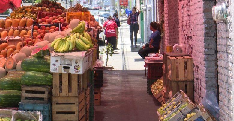 Denuncia Ciudadana: Puesto de frutas en Carpinteros de Paracho afecta el paso a los transeúntes