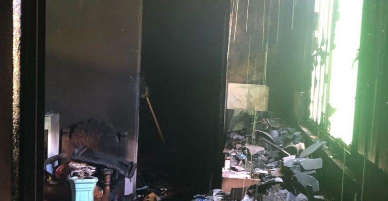 """A """"cubetadas"""" apagan incendio en la colonia Independencia"""