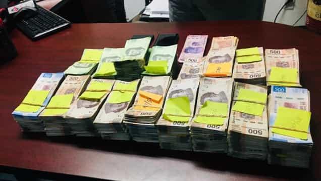 Detienen a dos jóvenes con 2mdp; señalan que el dinero es por vender ropa de paca