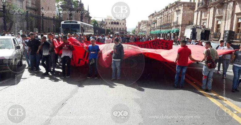 Normalistas marchan en Morelia para conmemorar enfrentamientos con policías