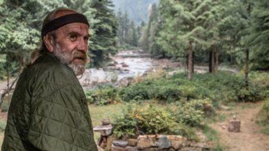"""Anciano vive aislado con osos salvajes desde hace 30 años""""le reconocen por el olor de la pipa y le respetan"""""""