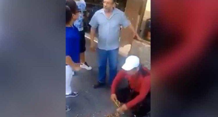 """Patea a vendedor de botanas y le tira su mercancía al suelo por ponerse en """"su banqueta"""""""