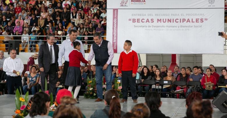 Ayuntamiento de Morelia entrega Becas Municipales a niños de Educación Básica