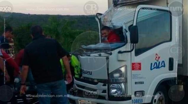 Chocan dos camiones repartidores y se mezcla la leche con el refresco