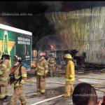 Aún y con falta de agua bomberos municipales y estatales apagan fuego en empresa cervecera