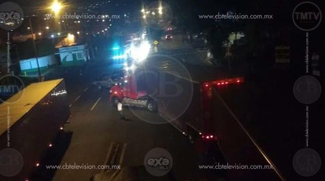 Comuneros de Caltzonztin bloquean la carretera Uruapan-Morelia