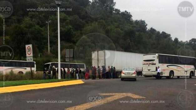 Normalistas retienen autobuses para trasladarse a marcha en Morelia