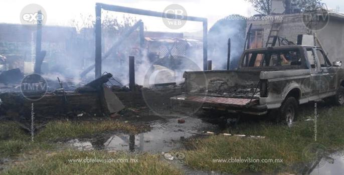 Arden dos humildes viviendas y una camioneta en Morelia