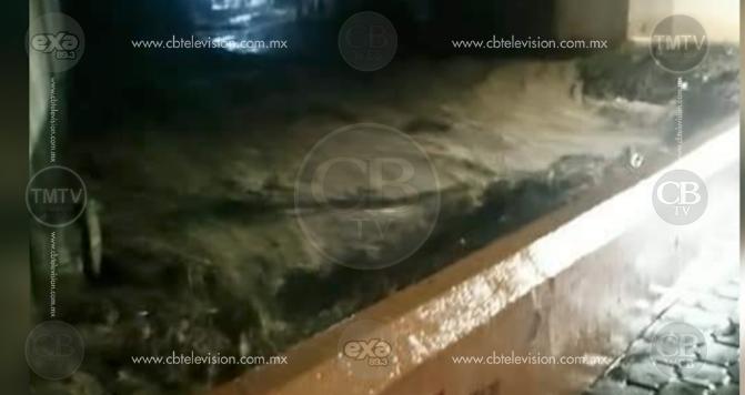Intensas lluvias fractura importante puente en Cotija
