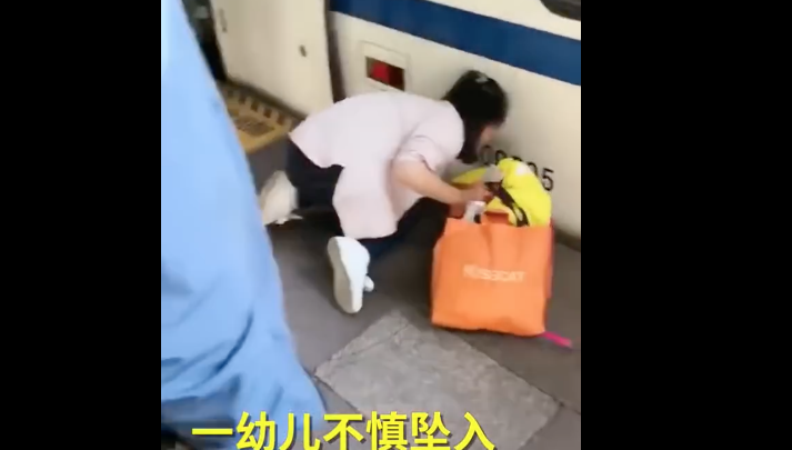 VIDEO: Niña cae a vías de tren; su mamá estaba distraída en el celular
