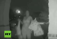 VIDEO: Toca el timbre, sonríe y sale corriendo abandonando a un niño de 2 años
