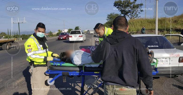 Embarazada queda lesionada en choque de taxi contra camioneta en plena carretera