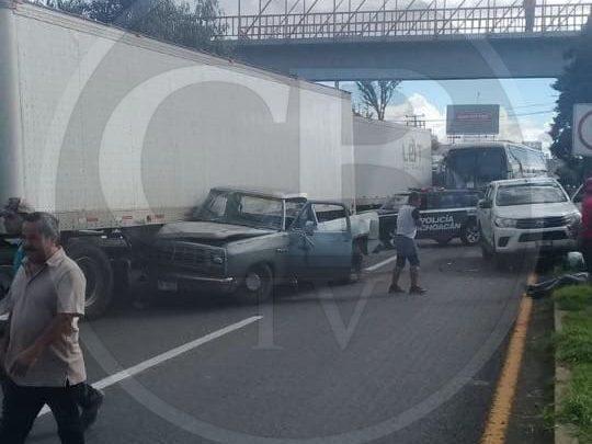 Choca camioneta contra tráiler en Salida Salamanca