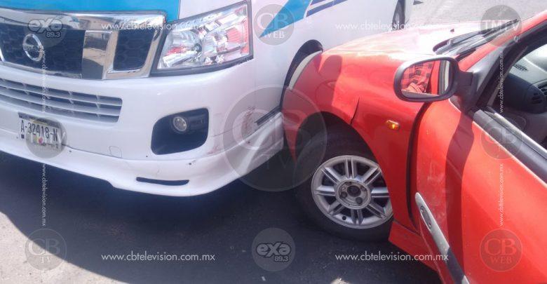 Combi y auto particular protagonizan un choque en la Calzada La Huerta