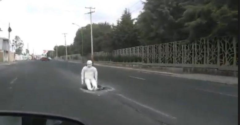 Video: Colocan momia para tapar enorme bache en Puebla y se causa sensación en redes