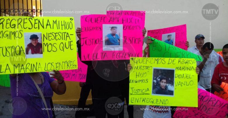 Hombres, mujeres, niños y ancianos protestan contra marinos en Buenavista