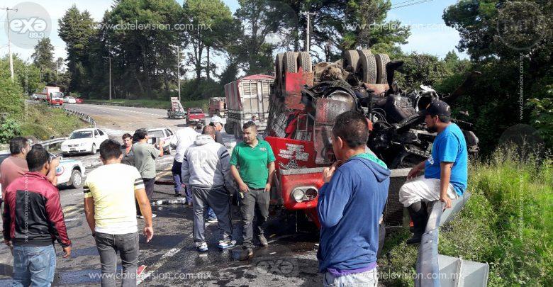 """Vuelca camión de carga en """"La Curva del Diablo"""" en Uruapan"""