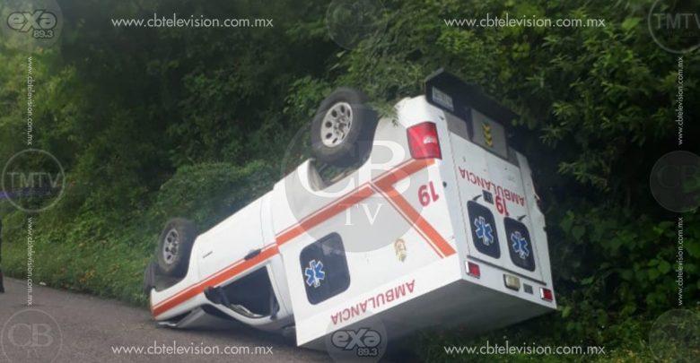Vuelca ambulancia en la carretera Huetamo-Tzitzio