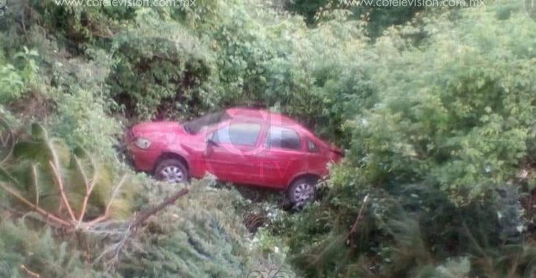 Sale de la carretera, da cinco vueltas, cae a un barranco y sale ileso