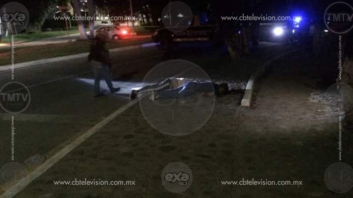 Dejan dos ejecutados con letrero, frente al Ayuntamiento de Zihuatanejo