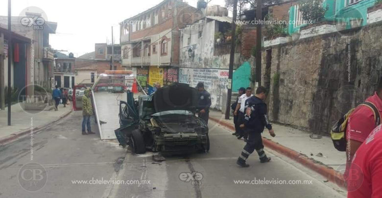 Padre e hijo quedan heridos al impactar su vehículo contra un poste