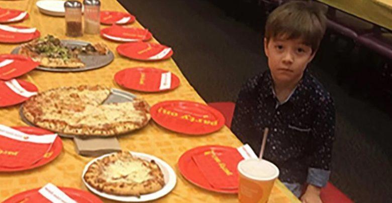 Niño celebra fiesta de cumpleaños solo, ninguno de sus 32 amiguitos llegó