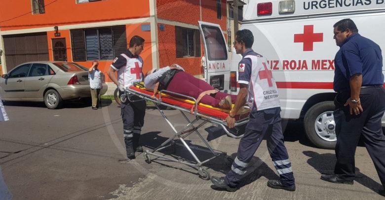 Mujer que manejaba una moto queda lesionada en un choque contra una camioneta