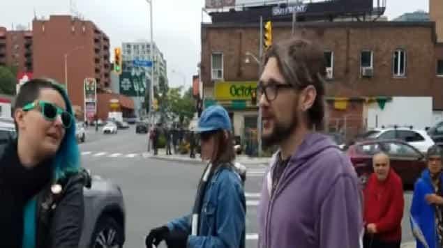 Hombre patea a mujer que protestaba contra el aborto