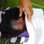 Supuesta madre avienta a gemelas desde un auto en movimiento, una muere por el impacto