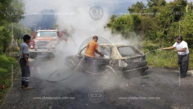 Auto termina incendiado por falla mecánica