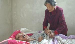 Despierta tras 12 años en coma; su mamá siempre estuvo con él
