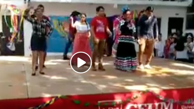 VIDEO: Estudiantes caen de tarima cuando bailaban 'Payaso de rodeo'