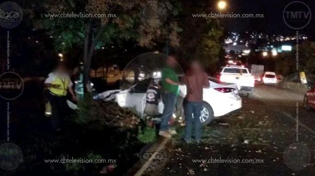 Automovilista herida al chocar contra árbol en el Libramiento de Morelia