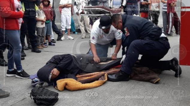 Joven cortador de aguacate queda herido en choque de moto contra auto